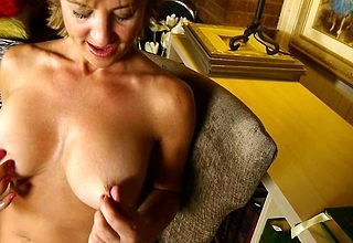 Erotic American housewife shows elsewhere hot assembly increased by masturbates