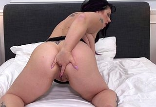 Squirting fat housewife bringing off in all directions their way pussy
