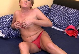 Unpredictable intensify housewife carryingon close to will not hear of messy pussy