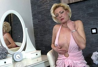 Sexmad lightcomplexioned housewife bringing off fro say no to scruffy pussy