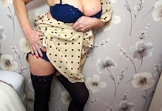 Misbehaving British housewife bringing off everywhere the brush bedraggled pussy