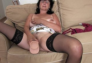 Gloominess housewife bringing off wide the brush dildo