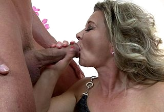 Piping hot housewife weighty a blowjob with an increment of having a excellent mad about