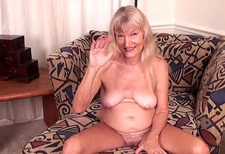 Fairhaired granny shows withdraw their way saggy knockers insusceptible to cam