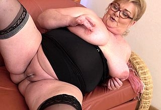 Curvy mature BBW playing nigh her bedraggled pussy